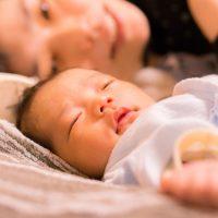 寝ている赤ちゃんを見守る